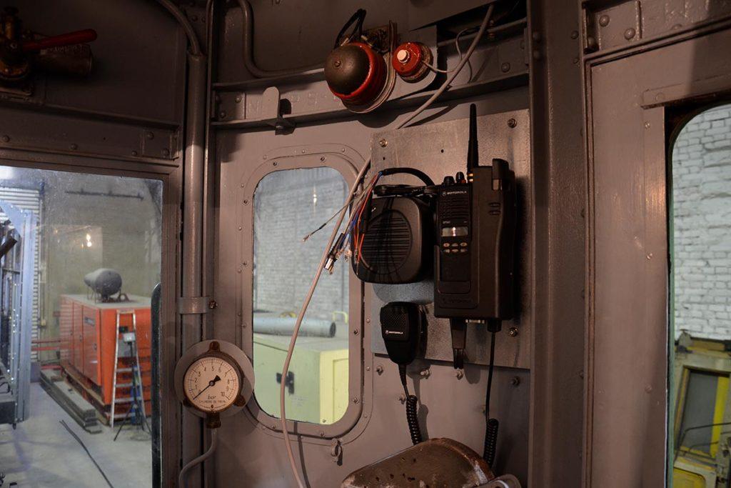 Radio en cours d'installation dans la loge de conduite de la M.340