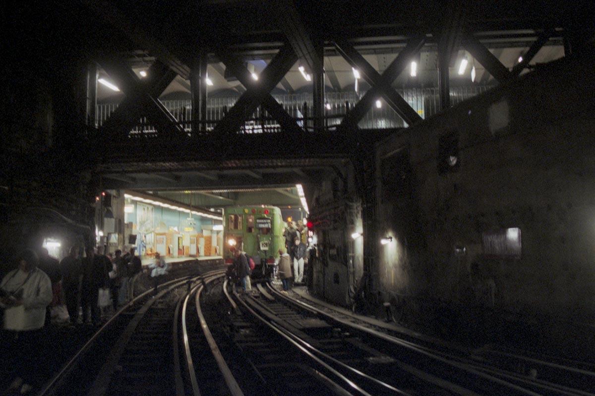 Voyageurs sur les voies à Gare de l'est, devant la rame Sprague-Thomson