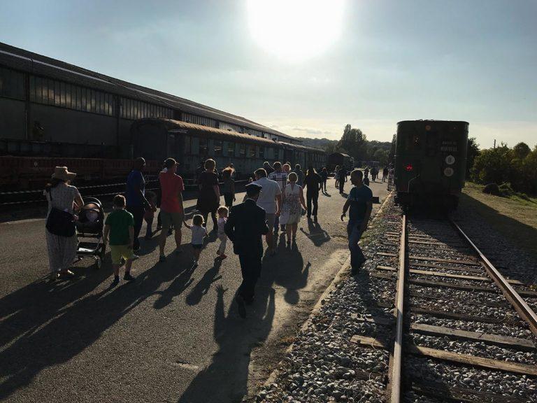 Les visiteurs s'apprètent à monter à bord de la rame Sprague-Thomson de l'Ademas pour un voyage dans le temps, à l'occasion des journées du patrimoine 2019.